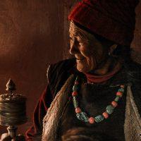 Ladakh utazás: Kis-Tibeti buddhista asszony imádkozik