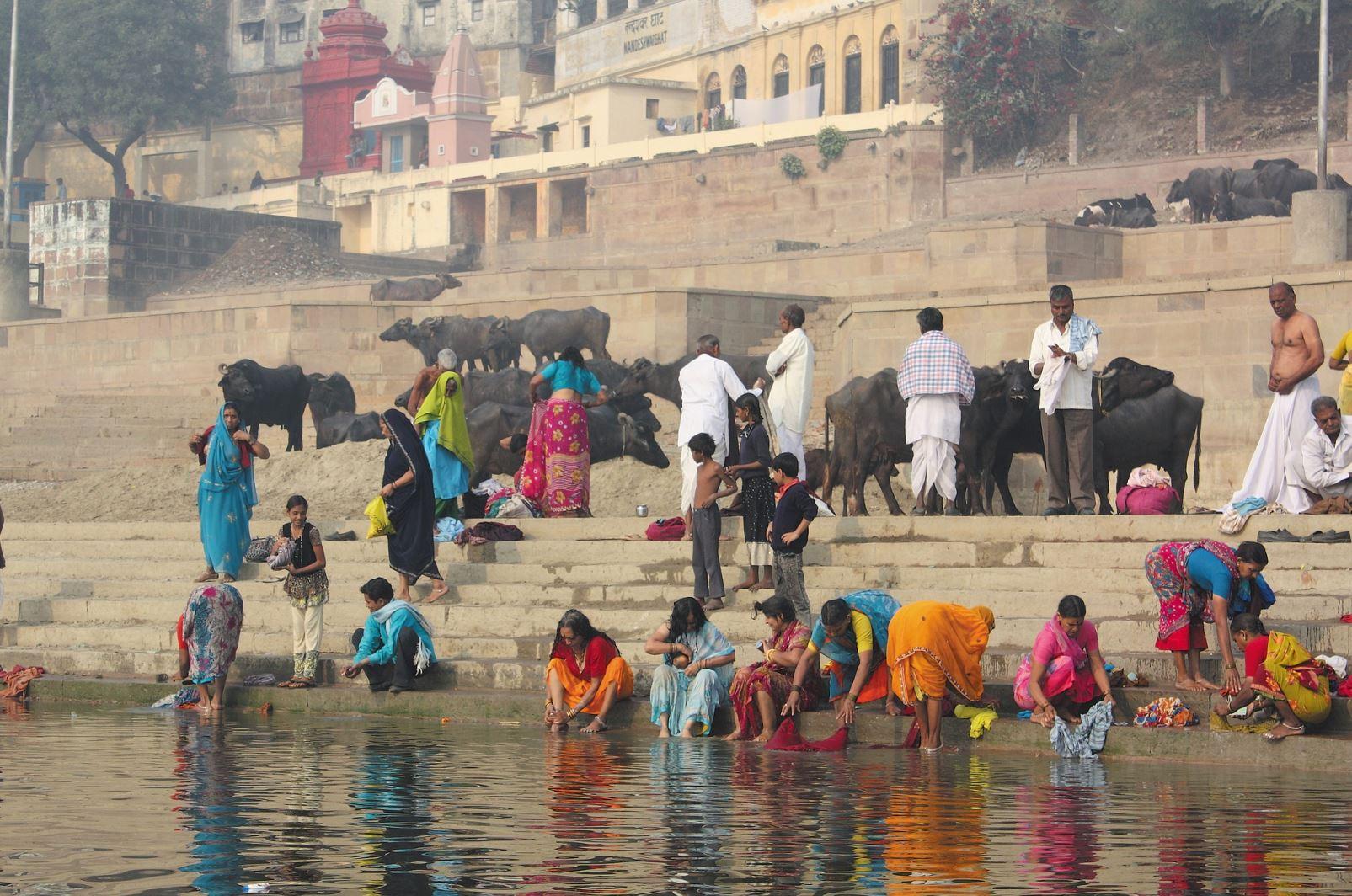 Varanasziban zarándok a Gangeszben
