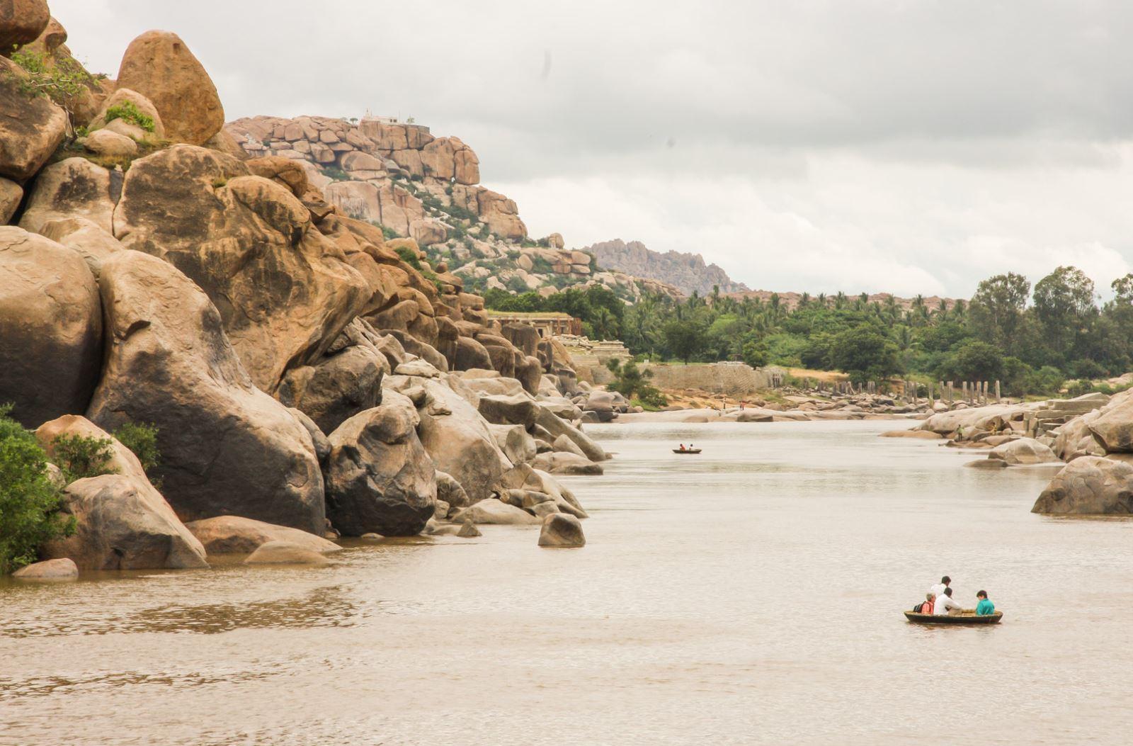 Tungabhadra folyó Hampiban, a bal felső sarokban levő dombon Hanumán szülőhelye